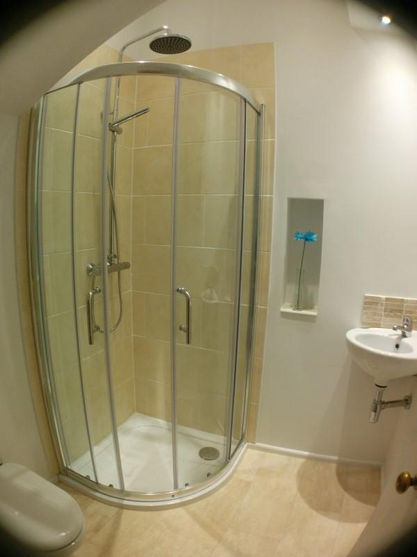 Pequeño pero perfectamente había formado cuarto de ducha, trincas de agua caliente!