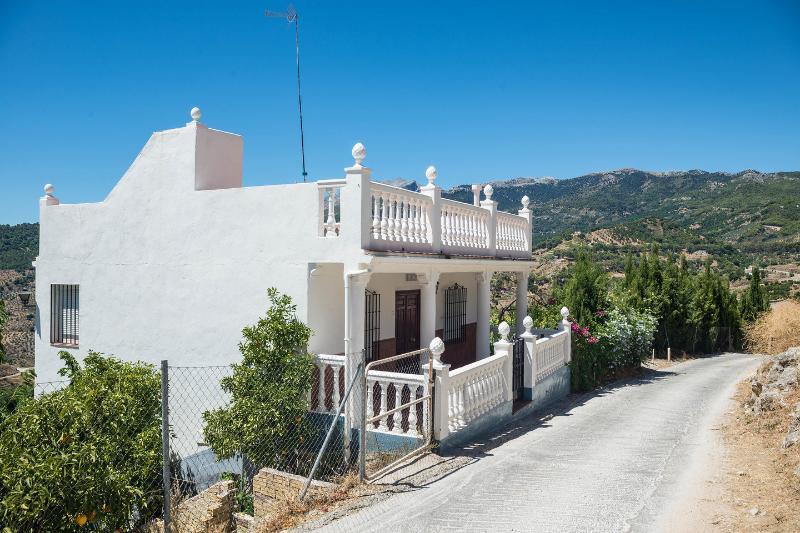 Diego/Yunquera 3 large Bedrooms Villa, holiday rental in Gibralgalia
