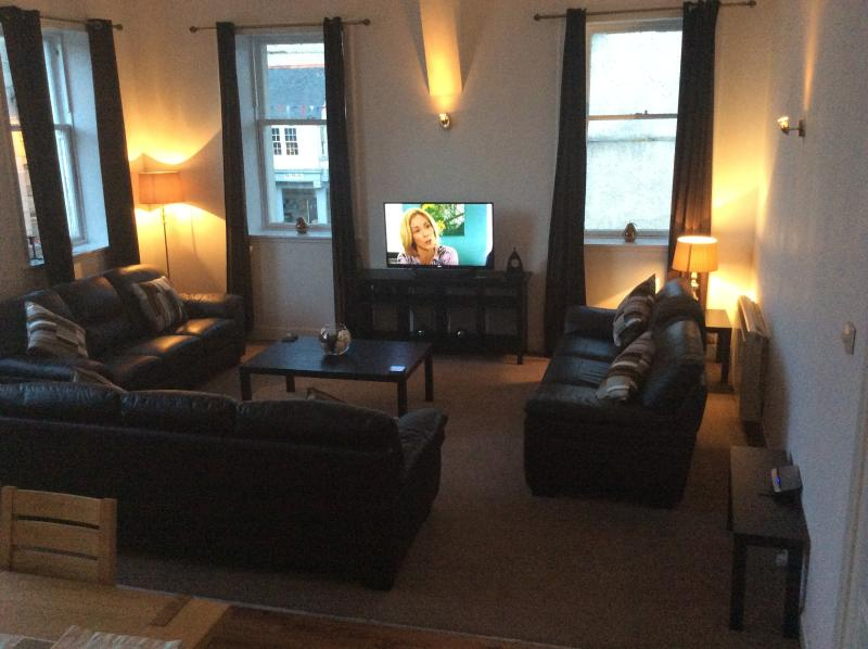 Stylish seating area with 5 large window. modern 3D TV with 20 pairs of viewing glasses Blu-Ray etc.