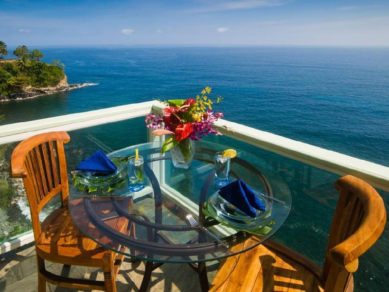 Spectacular Oceanfront. Look down onto the breaking waves from the deck