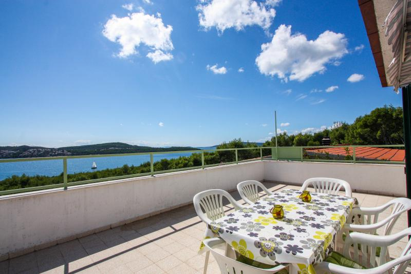Lovely apartment with beautiful sea view, alquiler de vacaciones en Donji Seget