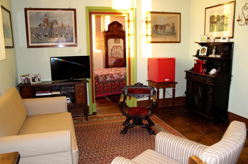 Il salotto con vista sulla camera da letto.