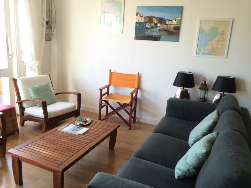 1º andar, sala de estar. Pinturas feitas pelo pintor local