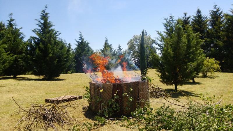 Tamerici House ama la natura e distrugge le abbondanti potature nel grande braciere..