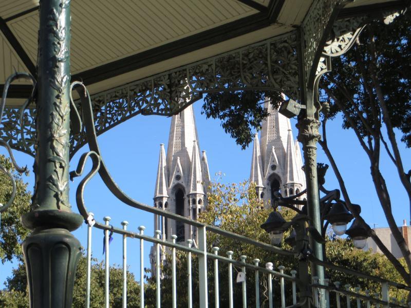 Au coeur du quartier des Réformés, l'église et le kiosque