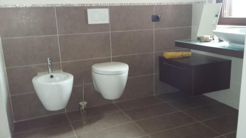 Bagno con spazi adatti anche a persone con ridotte capacità motorie.