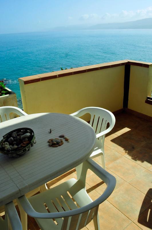 Terrasse spacieuse et confortable pour le déjeuner et le dîner, à quelques mètres de la plage