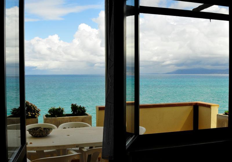 Terrasse avec vue sur la mer où vous pourrez admirer les magnifiques levers et couchers de soleil couché