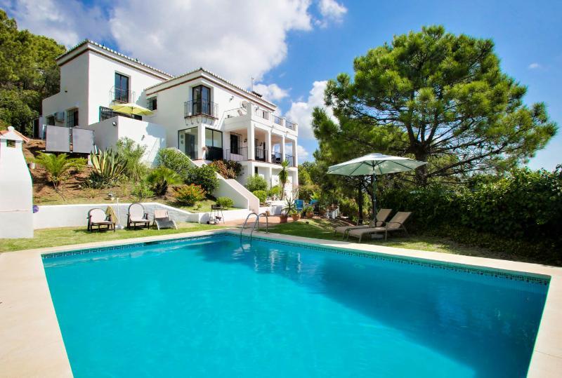 Private Villa mit Pool, Jacuzzi und voll Airconditionind mit Garage und Garten