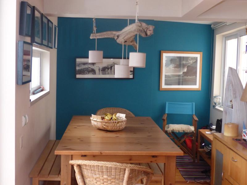 Sala de Jantar:  Mesa extensivel. Decoração com artes nazarenas. Candeeiro único!