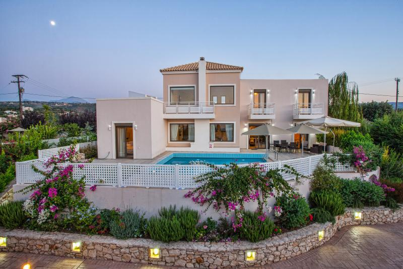 Pool Villa Antonios, 18km from Rethymno. 5 km from beach. Billiard Table!, alquiler de vacaciones en Pikris