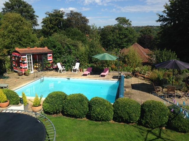 El acceso a la gran piscina, espacio tranquilo para relajarse