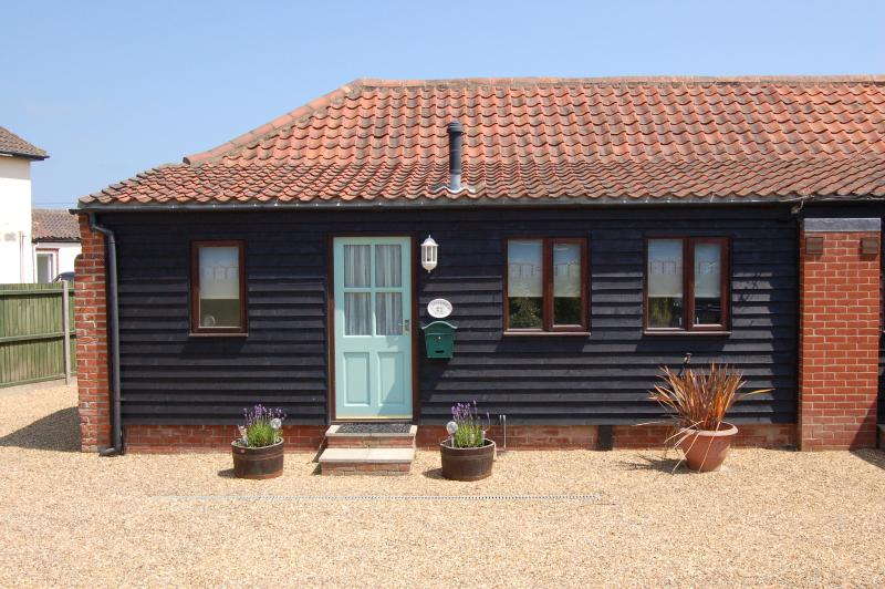 Adelaide cottage in seaside village of Bacton, vacation rental in Worstead