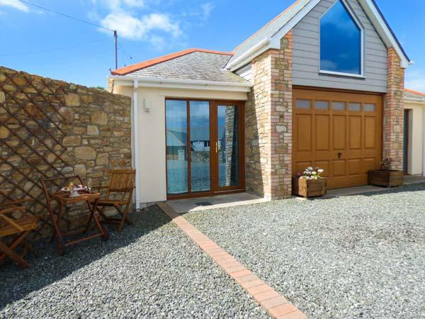 THE BOATHOUSE luxury ground floor apartment, open plan living, close to coast, vacation rental in Mullion
