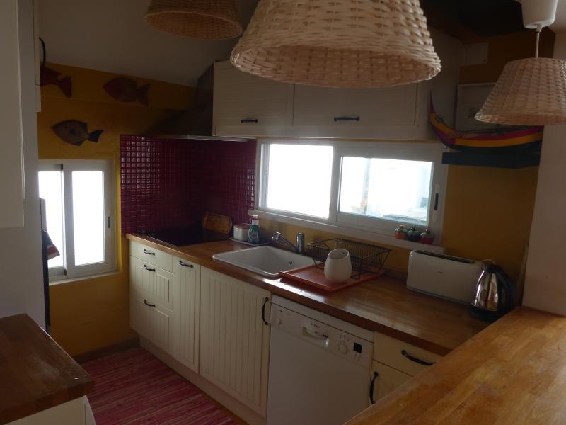 Cozinha: totalmente equipada com janela de acesso à mesa do exterior