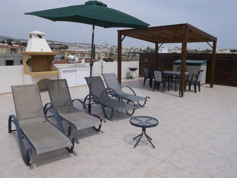Wonderful 100 sq metre roof terrace with sun loungers, shower and BBQ