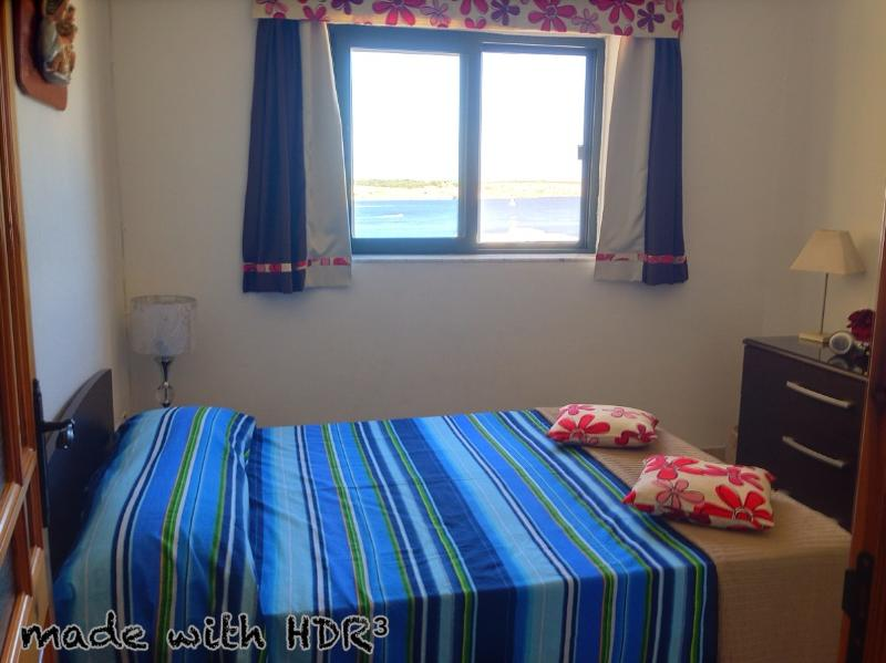 Double bed, airconditioned bedroom with sea view.
