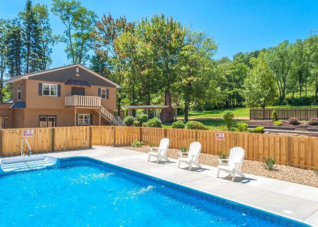 OVR's Mountain Majesty! 5 Bedrooms! Pool & Hot Tub!  10 minutes to Ohiopyle!, vacation rental in Confluence