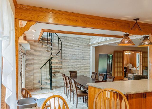 Spacieuse salle à manger avec escalier en colimaçon au 2ème niveau