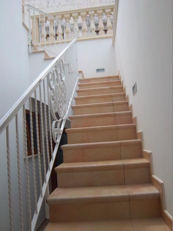 Interne trap die leidt naar de ingang van het appartement op de eerste verdieping