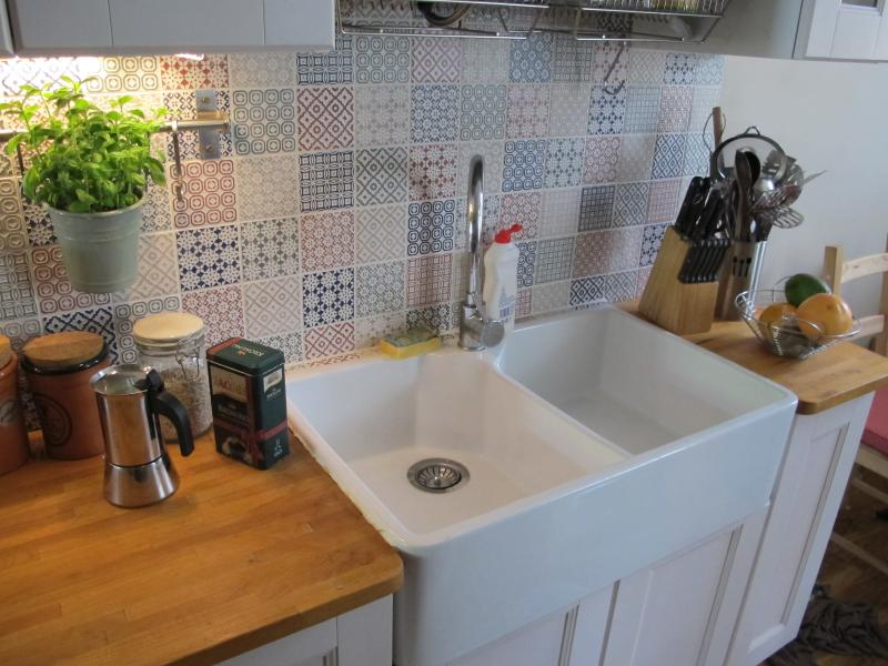 Ceramic sink for washing dishes