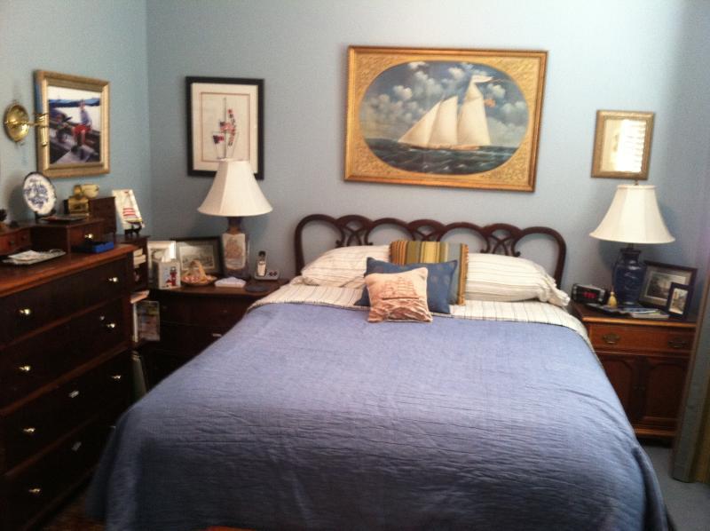 La chambre dispose d'une grande lumière naturelle et l'éclairage aussi.