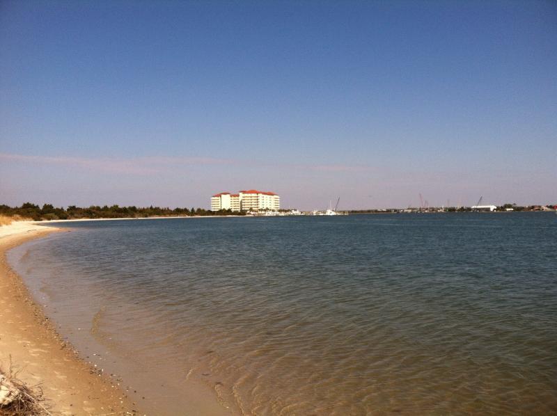 Cette plage a une parking- de bains et sans regarder en arrière vers Beaufort.