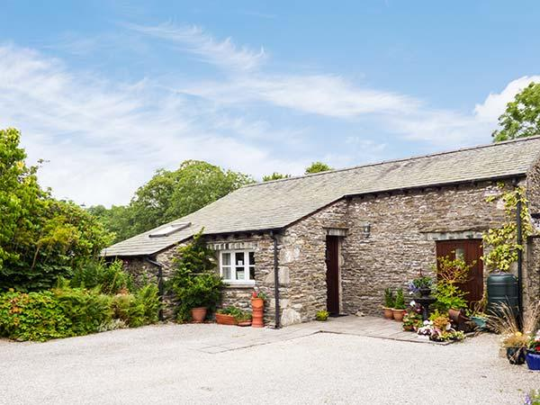 TOPIARY COTTAGE, barn conversion, all ground floor, parking, patio, in Bowness, holiday rental in Ings
