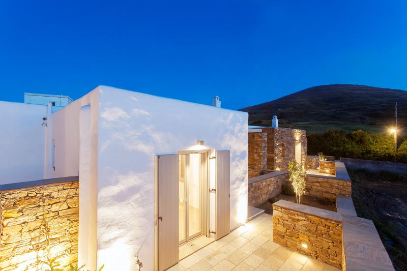 White Tinos Luxury Suites, holiday rental in Tinos Town