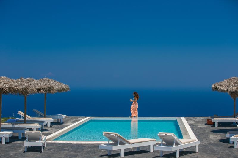 Eos Santorini villa with private pool, holiday rental in Imerovigli