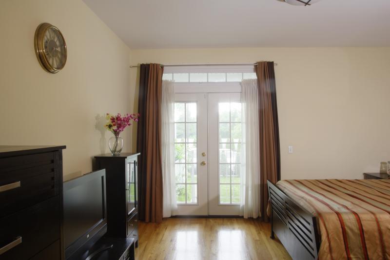 Chambre à coucher principale ensoleillée