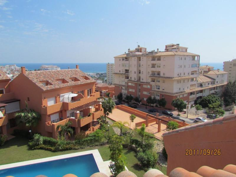 Holiday Penthouse Estepona Port modern and sunny, Ferienwohnung in Estepona