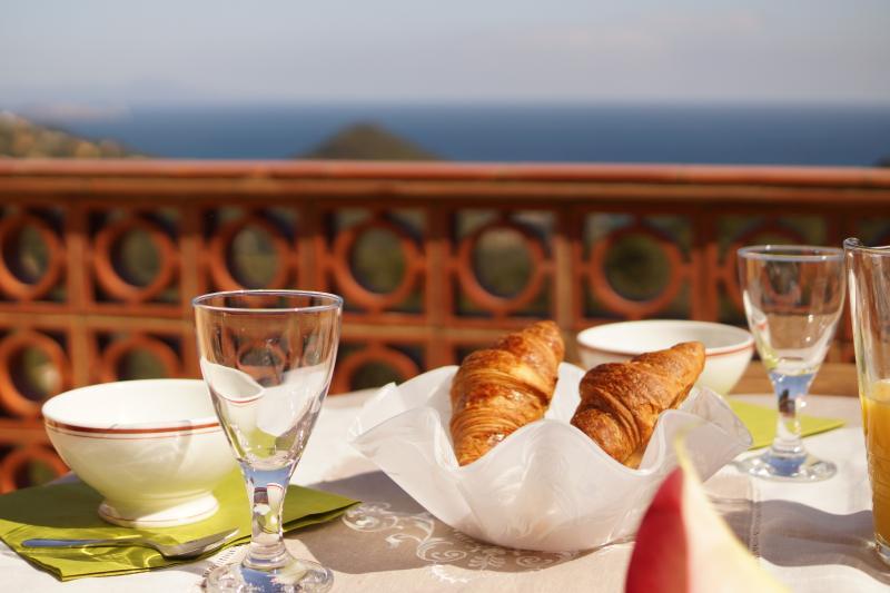 Petit déjeuner avec vue sur la mer.....