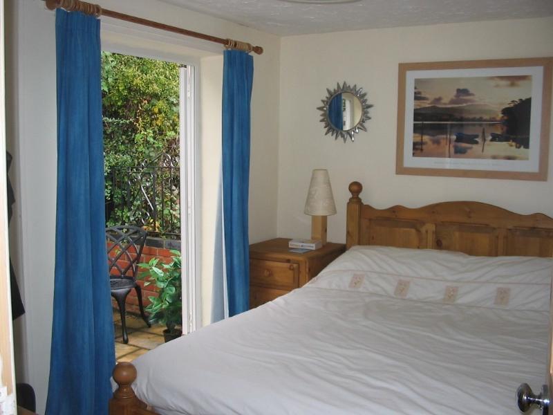 Chambre à coucher arrière et terrasse à l'étage