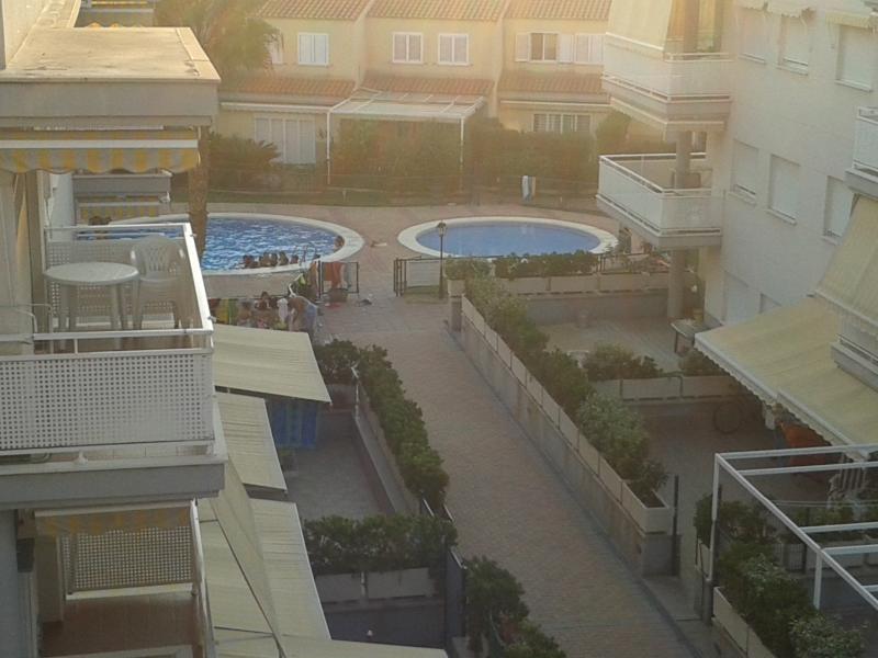 zonas comunes: piscina infantil, piscina adulto, pequeña zona ajardinada con cesped