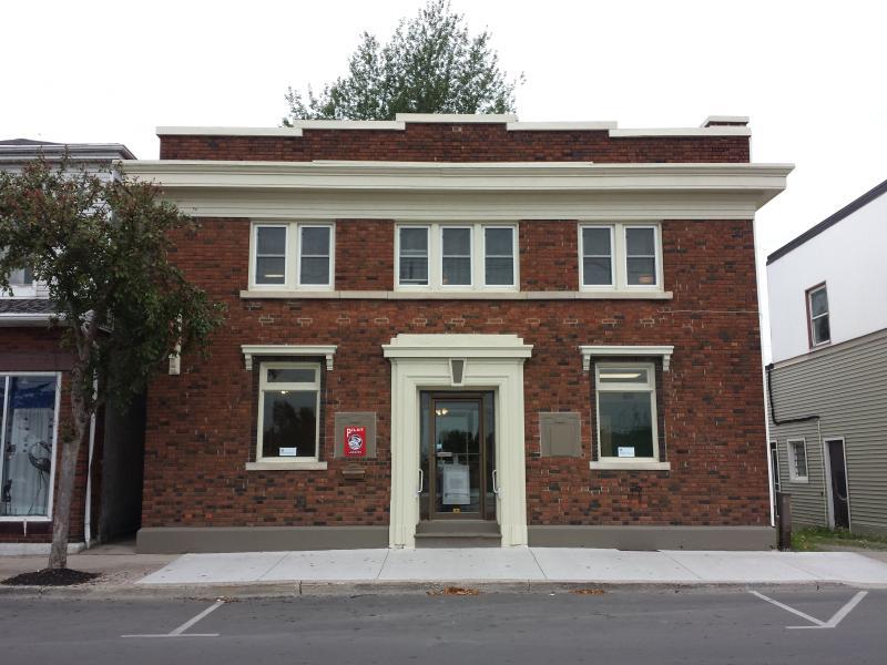 El apartamento es todo el segundo piso de este banco de 1920 en la calle West 196