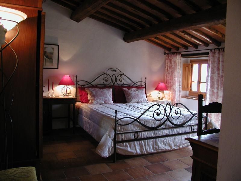 Schlafzimmer mit romantischem, schmiedeeisernem Bett - Bedroom with romantic wrought iron bed