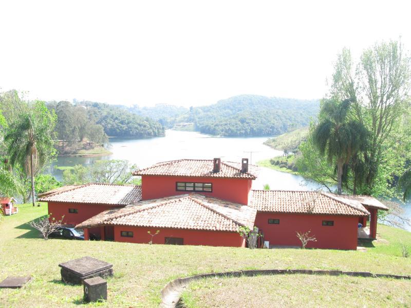 Vista cinematográfico de la parte superior de una casa y la presa.