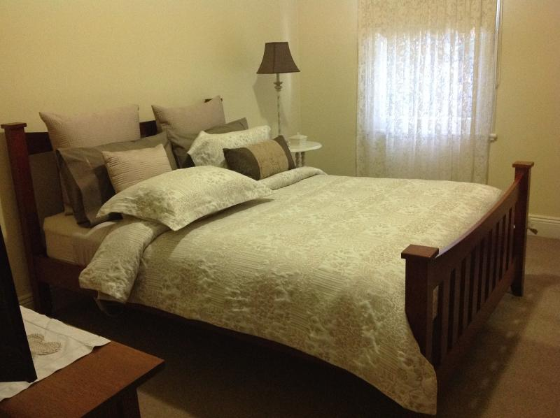 Kenmare - a beautiful Victorian home offering a queen room and more!, holiday rental in Stawell
