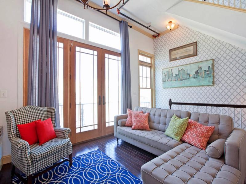 Salle de séjour spacieuse ensoleillée w plafonds de 12 pieds