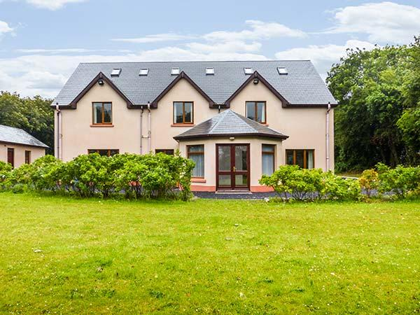 ORCHARD HOUSE, excellent cottage, en-suites throughout, large grounds, location de vacances à Ballyvaughan