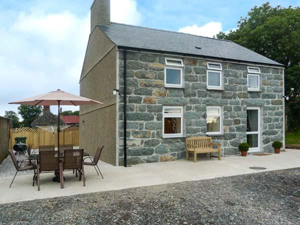 PRYS MAWR, pet welcome, en-suites, WiFi, close to the coast, Criccieth, Ref, holiday rental in Dolbenmaen