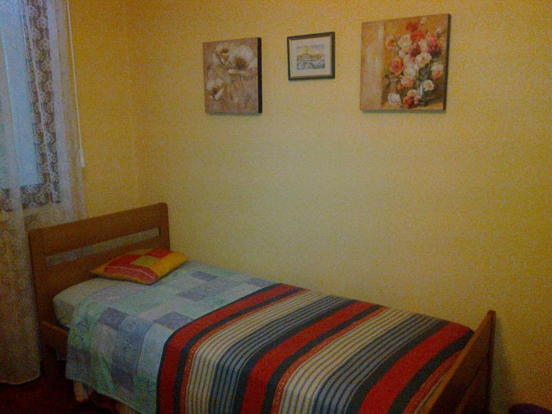 Particolare della camera con due letti singoli.