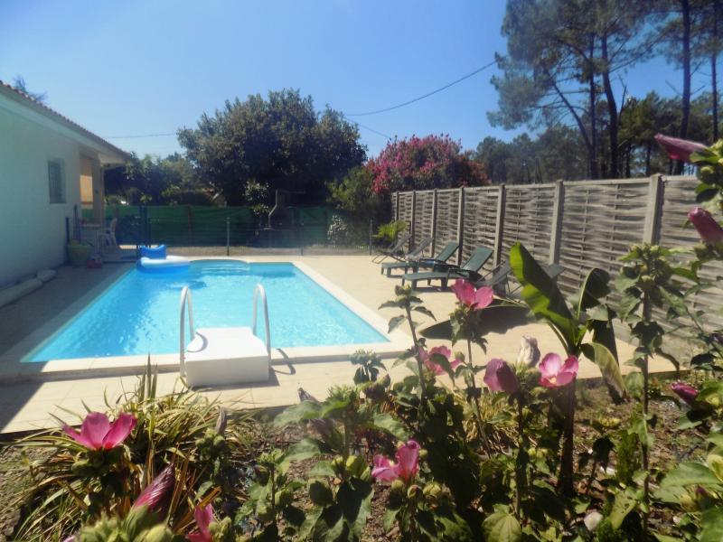 Villa con piscina privada, tumbonas...