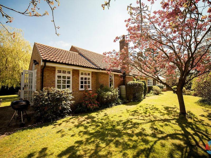 Bungalow With Secluded Tranquil Garden, holiday rental in Hilton