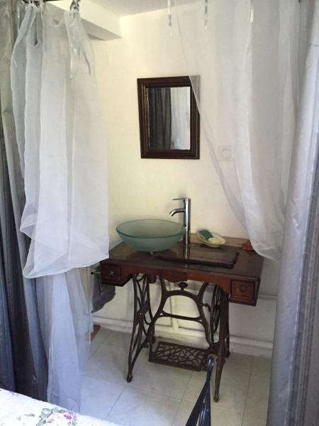 cabanon chambre individuelle dans le jardin, location de vacances à Alpes Maritimes