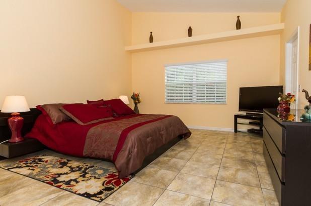 """El dormitorio principal con cama King y 42 """"HDTV"""