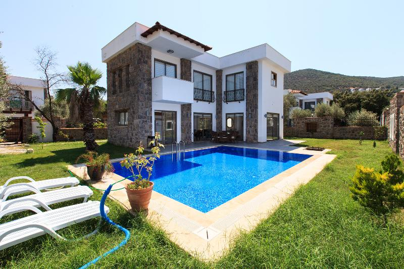Detached Villa With Private Pool In The Bodrum, vacation rental in Torba
