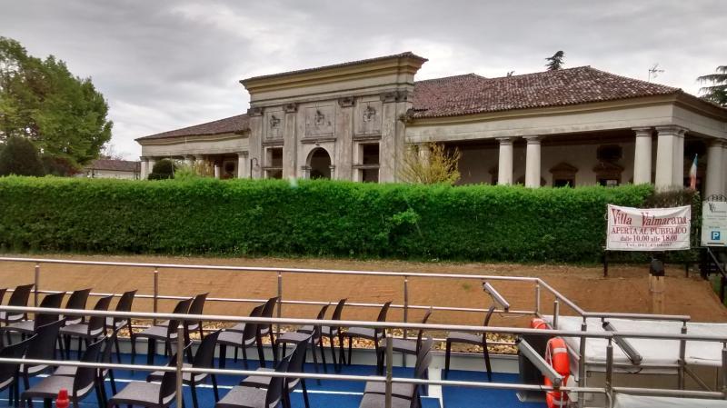 Vous pouvez faire une excursion sur la rivière pour visiter les Villas historiques