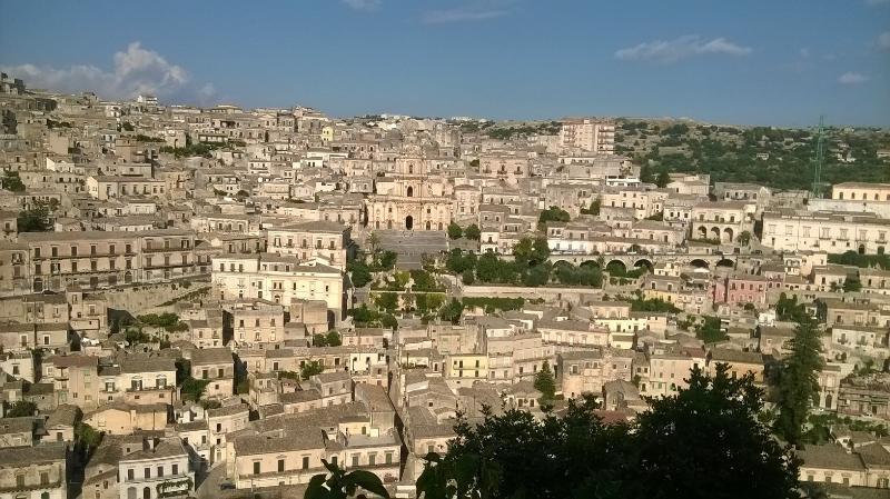 veduta della città vecchia della splendida modica barocca.